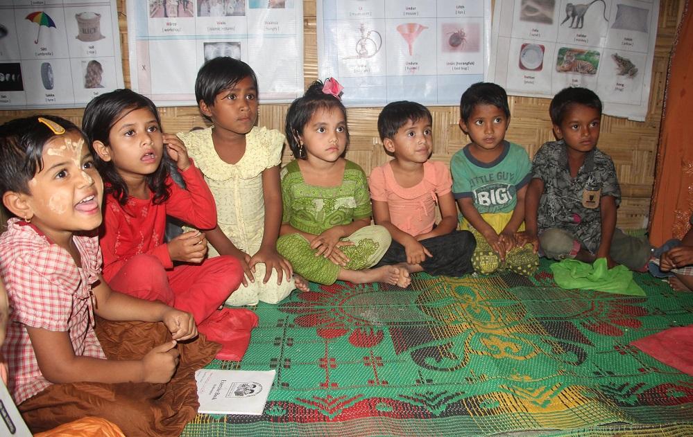 শিবিরের কুঁড়ে ঘরে বসেই 'শিক্ষার্জন' করছে রোহিঙ্গা শিশুরা