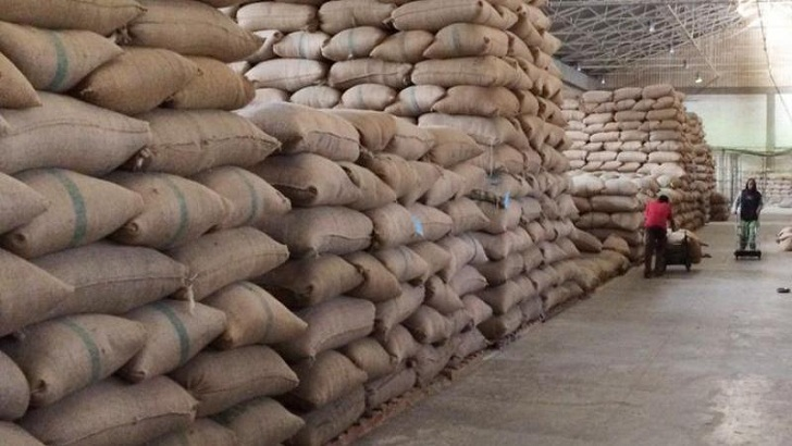 রাজশাহী সদর খাদ্য গুদামে পোকা তাড়াতে গমের বস্তায় পানি