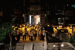হংকংয়ে রেল স্টেশনে মুখোশধারীদের হামলায় আহত ৪৫ (ভিডিও)