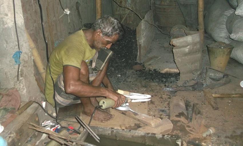 ঈদুল আজহাকে ঘিরে ব্যস্ত সময় পার করছেন মৌলভীবাজারের কামাররা