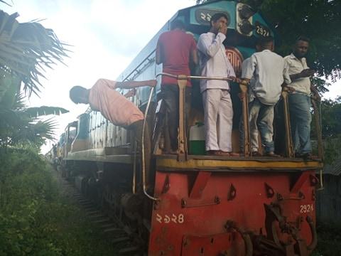 শায়েস্তাগঞ্জে চলন্ত ট্রেনের ইঞ্জিন বিকল, রেল যোগাযোগ বন্ধ