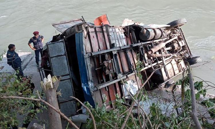 নেপালে নদীতে বাস : আহত ৫০, নিহত ১৭