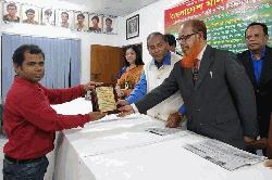 বাংলাদেশ মানবাধিকার ফোরাম সম্মাননা পেলেন অদ্বৈত মারুত