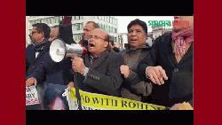 আন্তর্জাতিক আদালতের সামনে বাংলাদেশিদের বিক্ষোভ