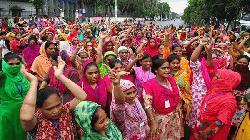 তেজগাঁওয়ে পোশাক শ্রমিকদের সড়ক অবরোধ