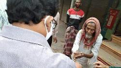 পুলিশের ভয়ে বৃদ্ধের হাতজোড়, ডিসি দিলেন অনুদান