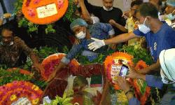 রাজশাহীর চার্চে এন্ড্রু কিশোরকে ভক্তরা জানাচ্ছেন শেষ শ্রদ্ধা