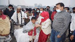 শীতবস্ত্র নিয়ে বেদে পল্লীতে জেলা প্রশাসক