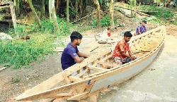 গাইবান্ধায় নৌকা কারিগরদের ব্যস্ততা বেড়েছে