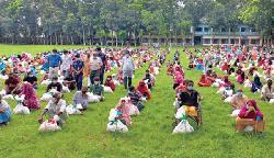 বগুড়ায় ১৩০০ পরিবারকে ত্রাণ দিল বসুন্ধরা গ্রুপ
