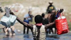 একটুখানি খাবারের জন্য আর্তি মার্কিন অভিবাসনপ্রত্যাশীদের